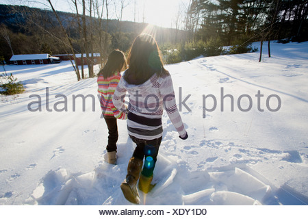 Deux filles dans la neige Banque D'Images