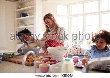 Gâteau à pâte mère avec des enfants dans la cuisine à la maison Banque D'Images