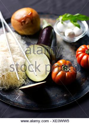 Ingrédients pour mille-feuille d'aubergines caramélisées Banque D'Images