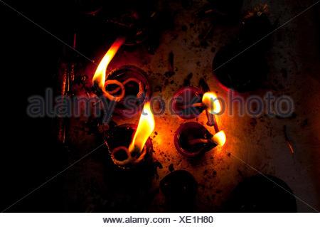 Lampes à huile en feu dans un temple indien Banque D'Images