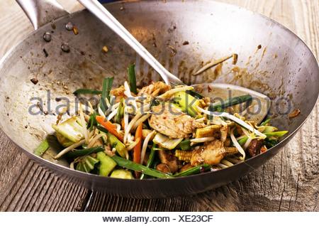 Avec poulet sauté aux légumes sautés au wok Banque D'Images