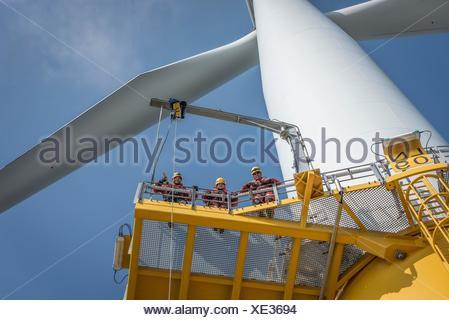 Portrait d'ingénieurs sur l'Éolienne au parc éolien offshore Banque D'Images