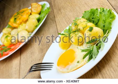 Œuf frit avec des pommes de terre Banque D'Images