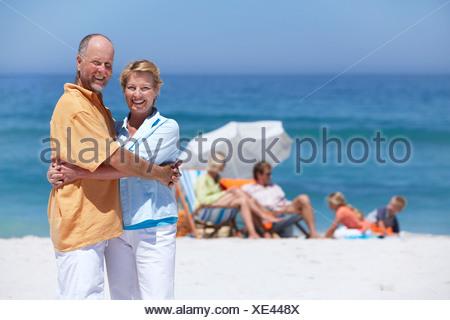 Senior couple embracing on beach smiling family près de focus sur le premier plan portrait Banque D'Images