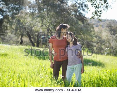 Mère embrassant sur le front fille Banque D'Images