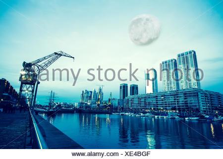 La lune sur le célèbre Puerto Madero de Buenos Aires, Argentine, Amérique du Sud. Banque D'Images