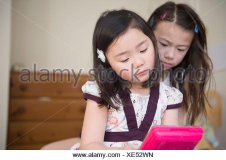 Deux jeunes femmes amis malheureux avec un jeu d'ordinateur Banque D'Images