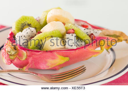 Moitié pitahayas salade de fruits Banque D'Images