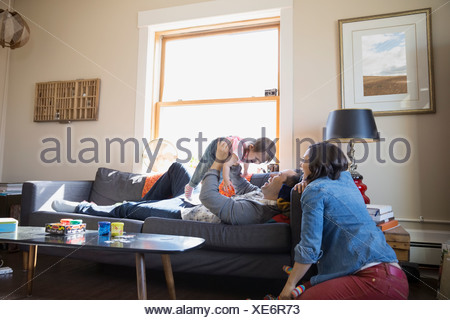 Young family relaxing in living room Banque D'Images
