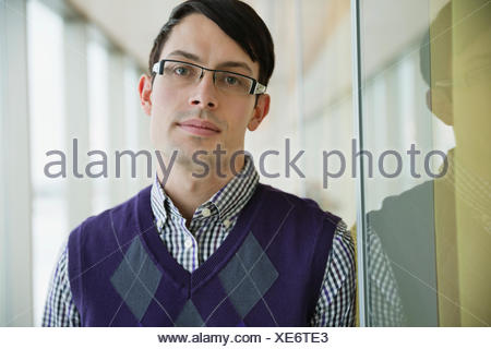 Portrait of handsome young businessman in office Banque D'Images