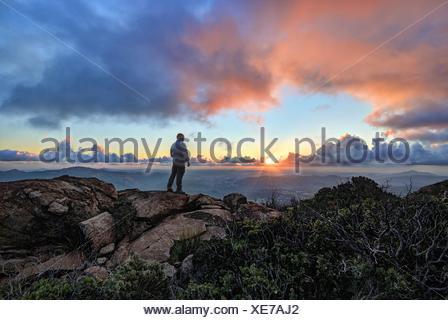 Couple sur une montagne au coucher du soleil, la Forêt Nationale de Cleveland, États-Unis