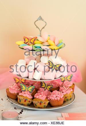 Cupcakes, soucoupes volantes et guimauves sur un présentoir à gâteaux étagé Banque D'Images