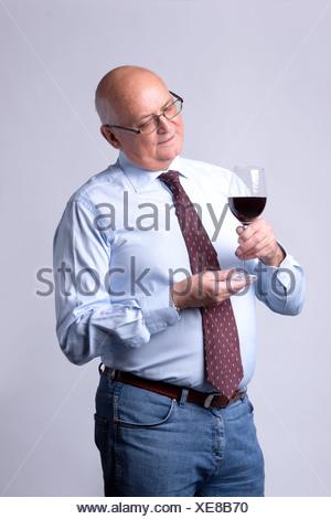 Portrait of a senior man réussie avec verre de vin Banque D'Images