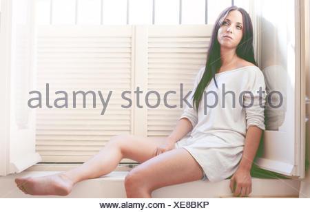 Portrait de jeune femme en robe blanche Banque D'Images