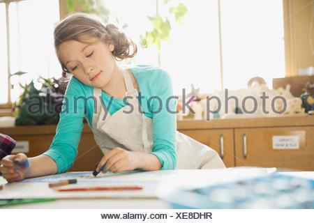 Dessin au pastel fille dans la classe d'art Banque D'Images
