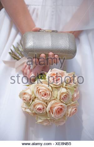 Allemagne, bride holding bouquet de rose et d'embrayage Banque D'Images