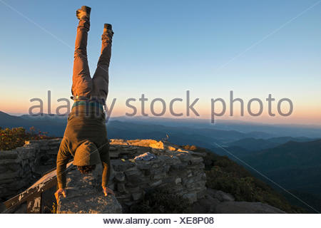Un homme effectue un ATR en haut de Craggy Pinnacle sentier qui longe la Blue Ridge Parkway. Banque D'Images