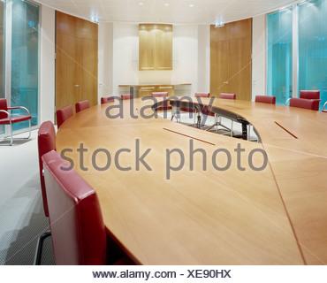 Table et chaises vides dans la salle de conférence Banque D'Images