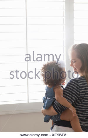Mother holding baby daughter Banque D'Images