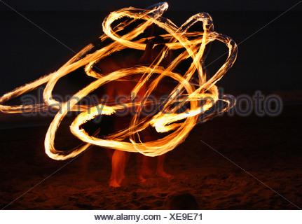 Espagne, Canaries, La Gomera, La Playa, Valle Gran Rey, Personnes faisant la danse de la torche sur la plage au soir Banque D'Images