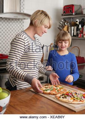 Mère et fille de préparer un repas dans la cuisine Banque D'Images
