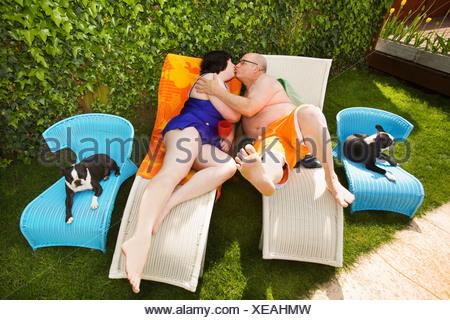 Couple sur les chaises de parterre en arrière-cour Banque D'Images