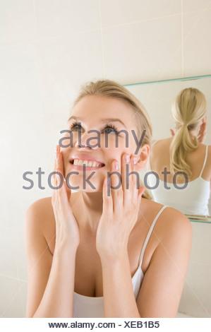 La beauté féminine dans la salle de bains lave-visage Banque D'Images