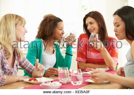 Groupe de femmes assis autour de Table Eating Dessert Banque D'Images