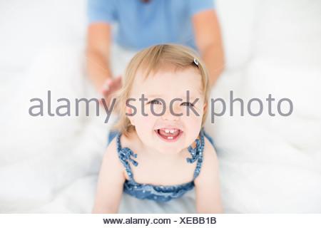 Studio shot of happy little girl avec le père en arrière-plan