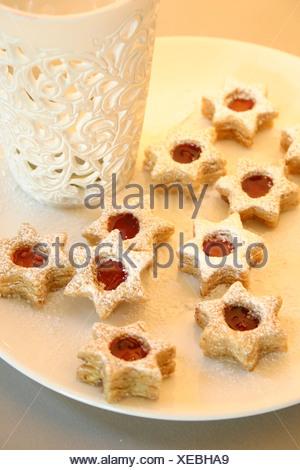 Close-up of cookies en forme d'étoile et sur la plaque porte-chandelier Banque D'Images