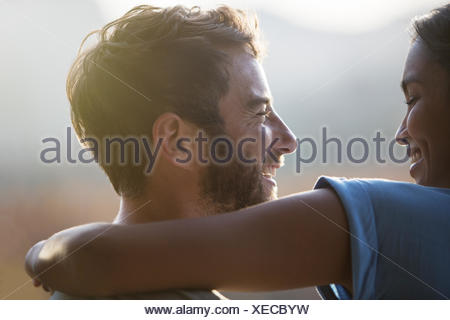 Close up smiling couple hugging Banque D'Images