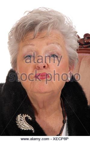 Senior woman donnant un baiser. Banque D'Images