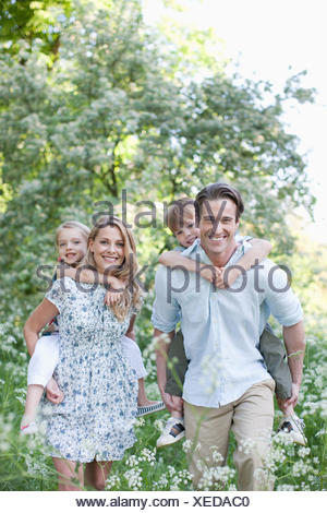 Les parents avec leurs enfants à l'extérieur de ferroutage Banque D'Images