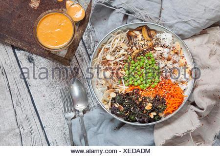Bol Bouddha de kalette, carotte, haricot mungo, riz, petits pois, champignons de Paris, et amandes torréfiées Banque D'Images