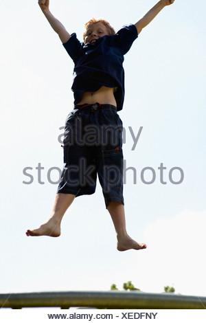 Jeune garçon sur trampoline Banque D'Images