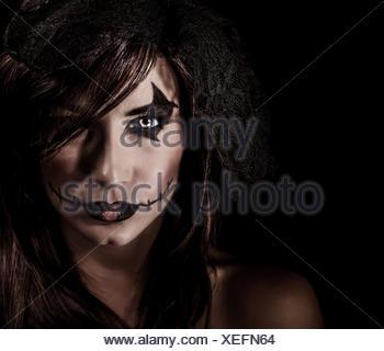Portrait sorcière terrifiante isolé sur fond noir, femme séduisante avec Scary Halloween Party, maquillage, concept d'horreur Banque D'Images