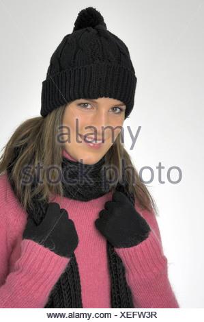 Femme à l intérieur portrait d hiver froid habillé de rire cap hat Foulard 3ddd73b4d63