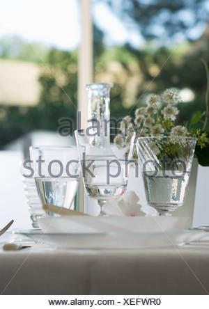 Verres d'eau sur la table de jeu Banque D'Images