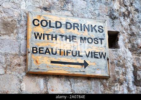 """Ben noto segno """"bevande fredde con la vista più bella"""" dando indicazioni per la Buza bar per drink al tramonto; paese vecchio di Dubrovnik, Croazia Europa"""
