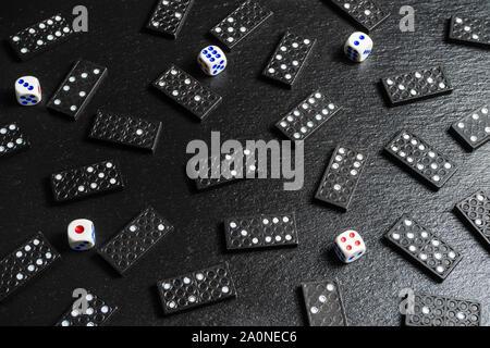 Un set di domino ossa,plinti in pietra nera sullo sfondo
