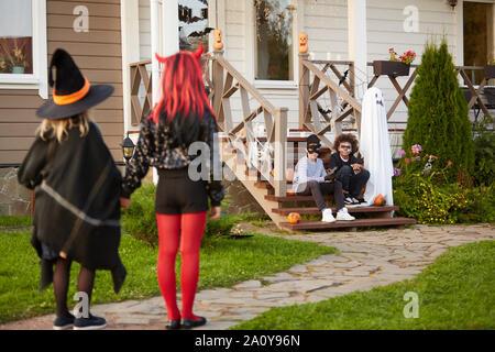 Multi-gruppo etnico di riunione per bambini all'aperto su Halloween per andare trucco o trattare insieme, spazio di copia