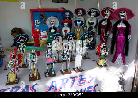 Città del Messico - Ottobre 2018: Catrina bambole sono esposti per la vendita come celebrazione del giorno dei morti (dia de Muertos) in Coyoacan Foto Stock