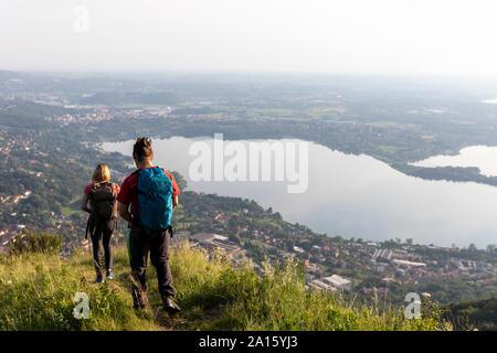 Coppia giovane escursionismo in montagna a prato Foto Stock
