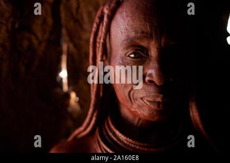 Ritratto di un vecchio Himba donna tradizionali, Oncocua, Angola Foto Stock