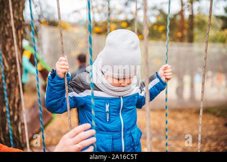 Padre con bambino kid figlio a giocare a giochi per la stagione autunno Foto Stock