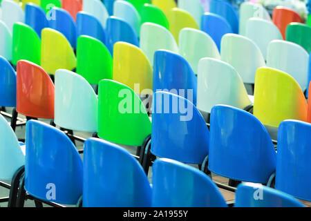 Sedie Colorate Da Giardino.Vista Posteriore Di Righe Di Svuotare Le Sedie In Plastica Foto