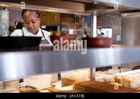 Donna che lavorano nel ristorante cucina
