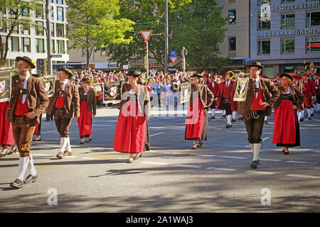 Monaco di Baviera, Germania - 22 settembre 2019 Grand entry della Oktoberfest locatori e birrerie, festosa sfilata di magnifici carri decorati e ban