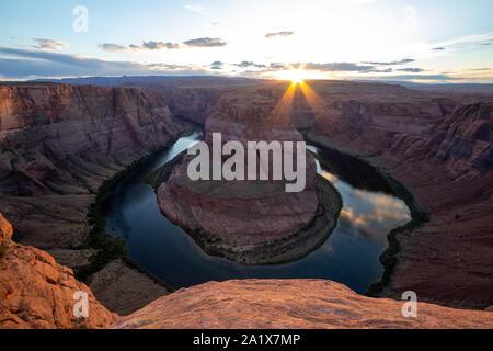 Curva a ferro di cavallo è una forma a ferro di cavallo incisa meandro del fiume Colorado si trova vicino alla città di pagina, Arizona, Stati Uniti. Travel USA, benna l