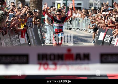 Lisbona. 29Sep, 2019. Javier Gomez Noya di Spagna reagisce a vincere l'Ironman Triathlon evento in Cascais, Portogallo il 29 settembre 2019. Credito: Pedro Fiuza/Xinhua/Alamy Live News Foto Stock